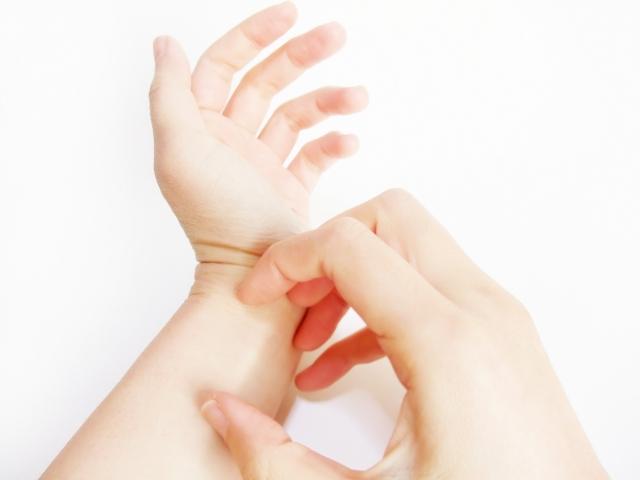左手を掻く画像