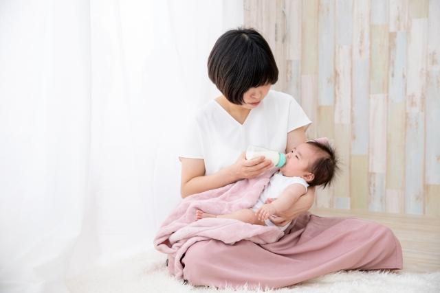 赤ちゃんにミルクを与える女性
