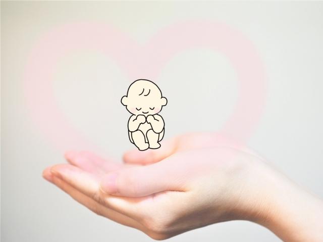 手の上で赤ちゃんを受け止める画像